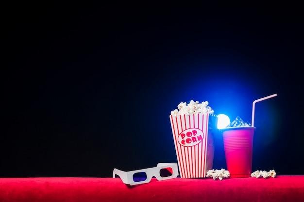 Sala de cine con paquete de palomitas Foto gratis