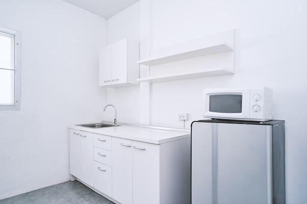 Sala de cocina limpia y blanca con muebles integrados. | Descargar ...