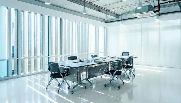 Sala de reuniones interior moderna de la oficina de marketing con puesta de sol de noche Foto Premium