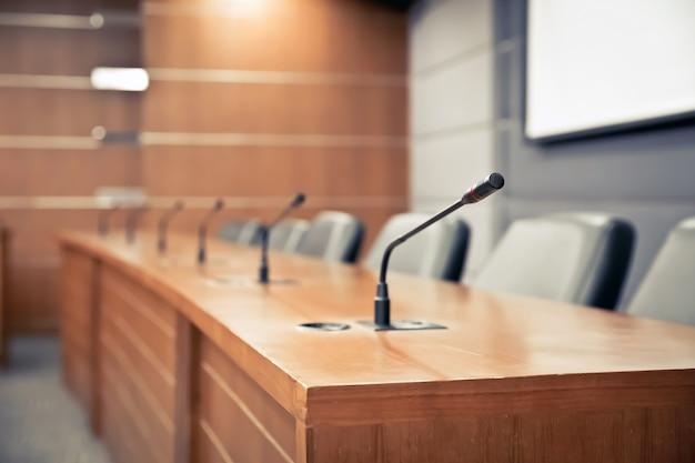 Sala de reuniones y micrófono profesional para reuniones. Foto Premium