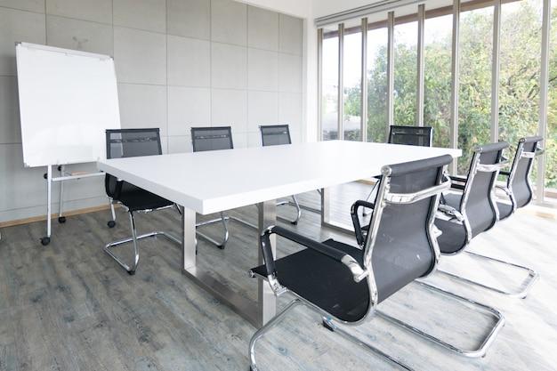 Sala de reuniones vacía conferencia con silla, mesa y pizarra Foto Premium