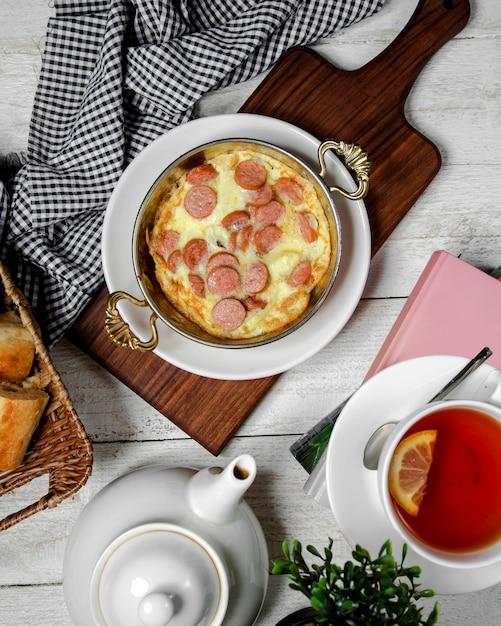 Salchicha frita con vista superior de huevos Foto gratis