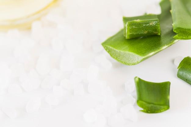 Sales de roca orgánica natural y hoja de aloevera para productos cosméticos de spa. Foto gratis