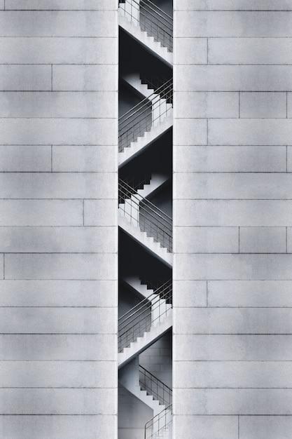 Salida de emergencia monocromática de un edificio. Foto gratis