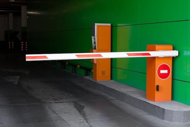 La salida del estacionamiento está cerrada por una barrera. señal de stop. Foto Premium
