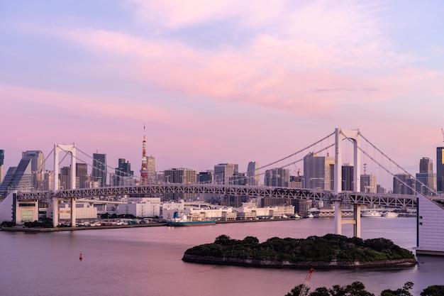 Salida del sol torre de tokio y puente del arco iris Foto Premium