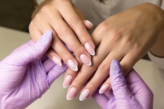 Salón de belleza para trabajar con uñas manicura. Foto Premium