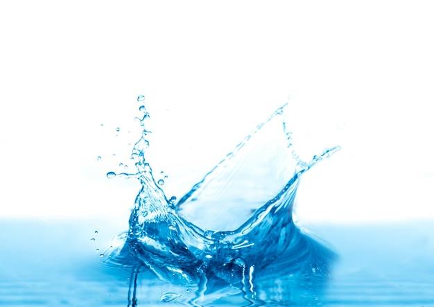 Salpicaduras de agua aisladas sobre fondo blanco Foto gratis