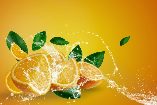 Salpicaduras de agua sobre naranjas frescas en rodajas y fruta naranja sobre fondo naranja Foto Premium