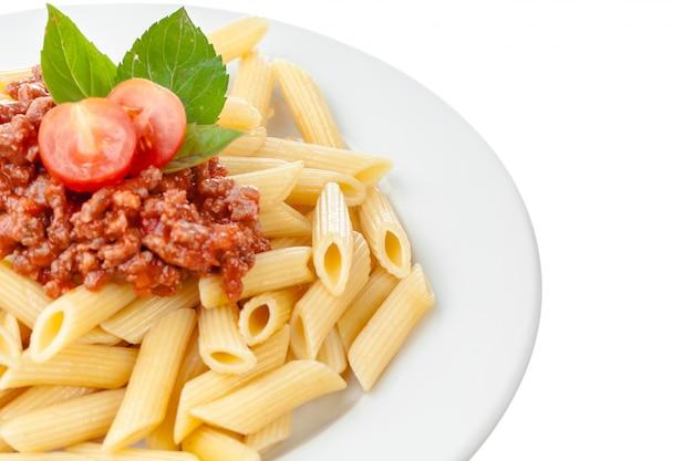 Salsa de espagueti a la boloñesa con carne de res o cerdo, queso, tomates y especias en plato blanco Foto Premium