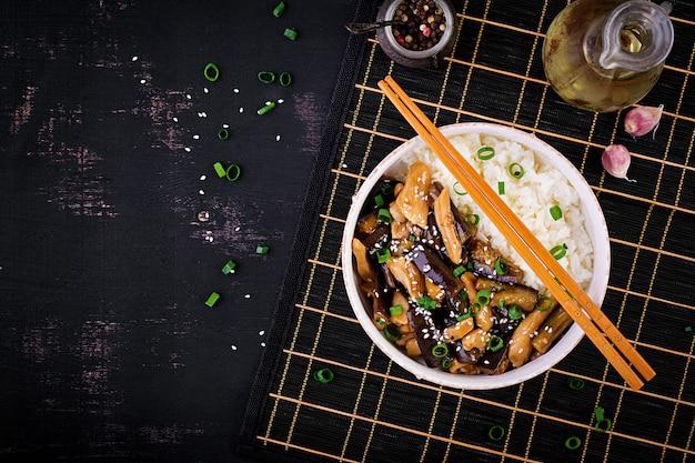 Salteado con pollo, berenjenas y arroz hervido Foto gratis