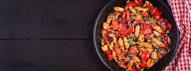 Salteado de pollo, pimientos y cebolla verde Foto Premium