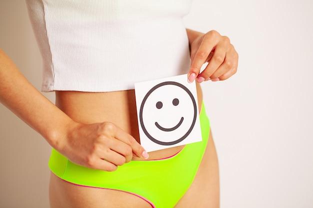Foto Premium | Salud del estómago de las mujeres y conceptos de buena  digestión, primer plano de una mujer sana con hermoso cuerpo delgado en  forma con tarjeta blanca con una sonrisa