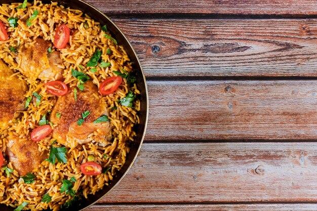 Saludable comida arroz frito pollo con tomate y perejil Foto Premium