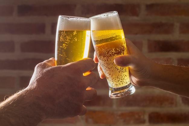Saludo de alegría de alto ángulo con cerveza Foto gratis
