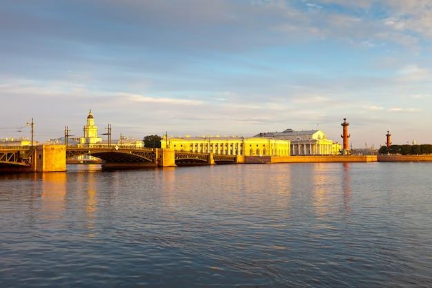 San petersburgo. puente del palacio en la mañana Foto gratis