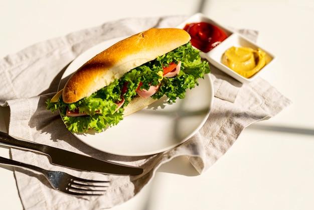 Sándwich de alta vista en un plato Foto gratis