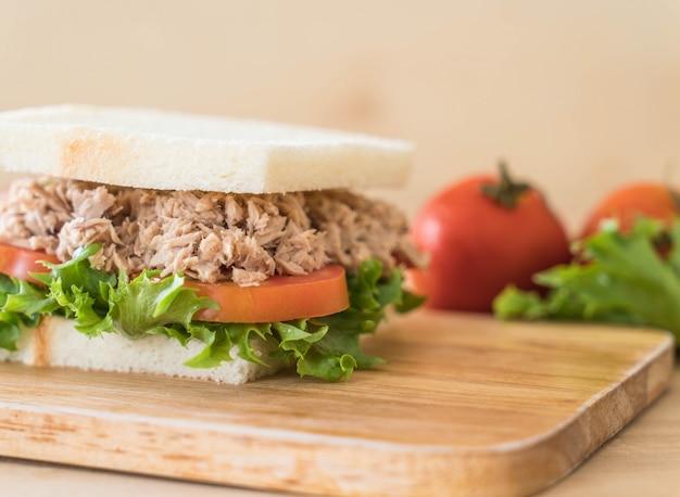 Sandwich de atún en madera Foto gratis