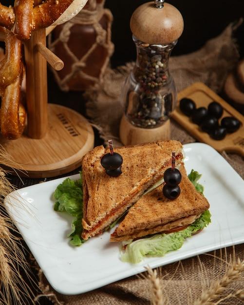 Sandwich cubierto con aceitunas Foto gratis