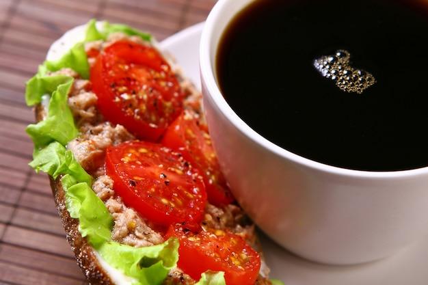 Sandwich fresco con vegetales frescos y café Foto gratis