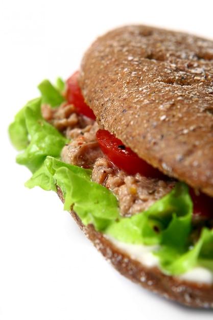 Sandwich fresco con verduras frescas Foto gratis