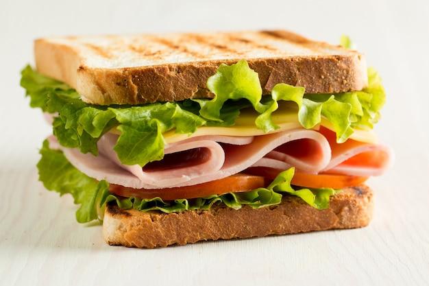 Sándwich de jamón y queso. Foto Premium