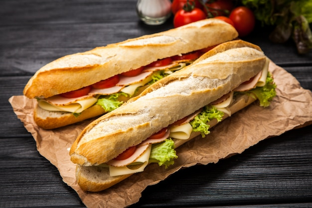 Sandwich a la parrilla panini Foto Premium