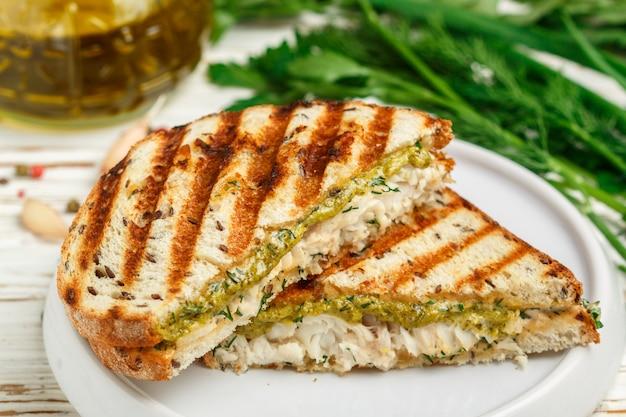 Sandwich con pescado blanco y salsa de pesto verde Foto Premium