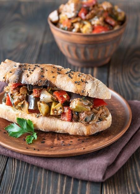 Sandwich con pisto en placa Foto Premium