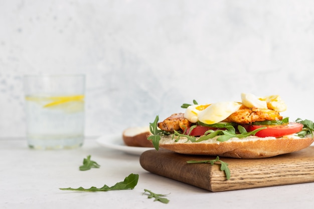 Sandwich de pita con pollo, huevo y verduras Foto Premium
