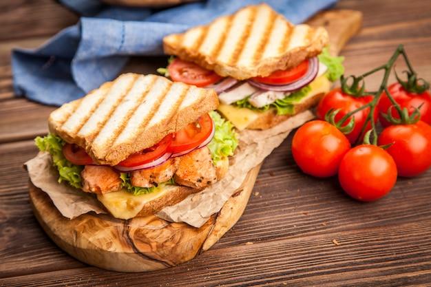 Sándwich de pollo a la parrilla Foto Premium