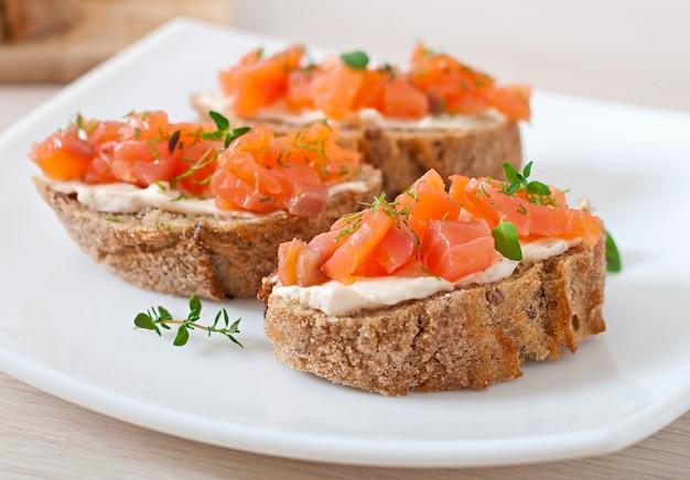 Sandwich con salmón salado y queso crema. Foto gratis