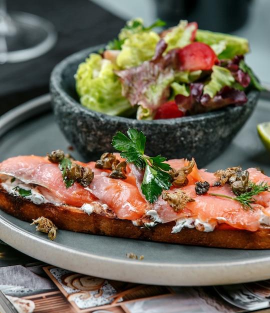 Sandwich con salmón y verduras Foto gratis