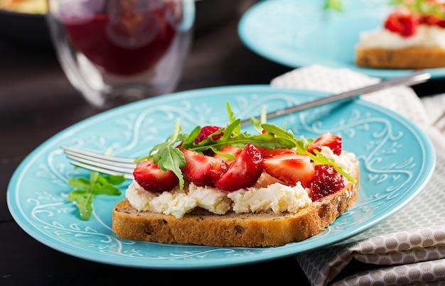 Sándwich saludable con fresa y queso crema. Foto Premium