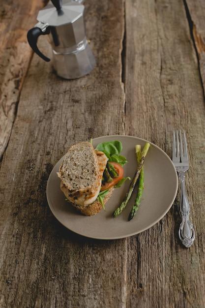 Sandwich sobre la mesa Foto gratis