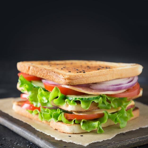 Sandwich con tocino, tomate, cebolla, ensalada. Foto Premium