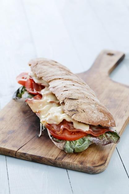 Sandwich de tocino, tomate y queso Foto gratis