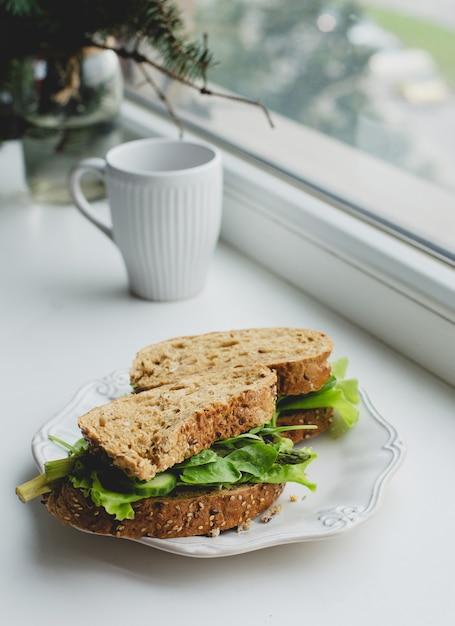 Sandwiches en el alféizar de la ventana Foto gratis