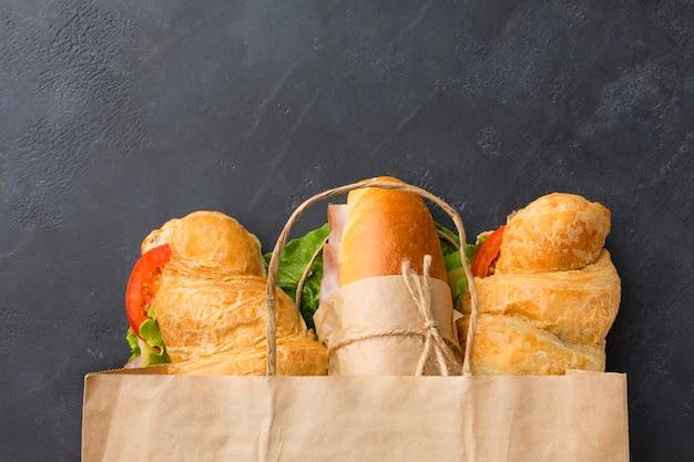 Sandwiches en bolsa de papel vista superior Foto gratis