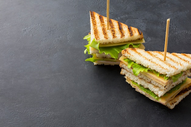 Sándwiches de club con espacio de copia Foto gratis