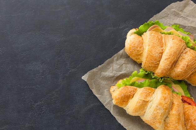 Sandwiches crujientes con espacio de copia Foto gratis