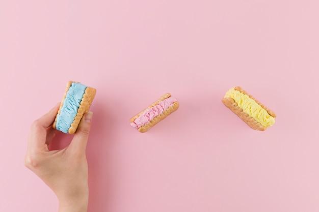 Sándwiches de galleta de helado brillante Foto gratis