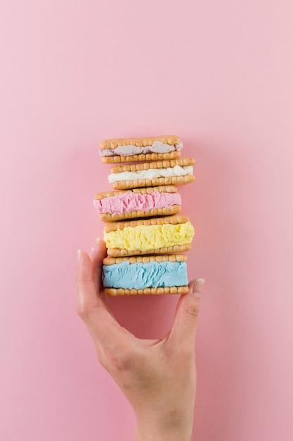 Sándwiches de galleta de helado de colores Foto gratis