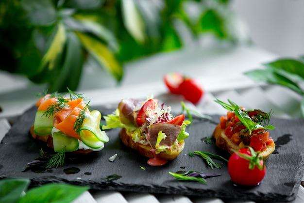Sandwiches con jamon y verduras Foto gratis