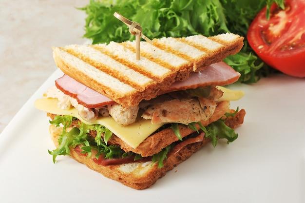 Sandwiches con lechuga, jamón, queso, pechuga de pollo Foto Premium
