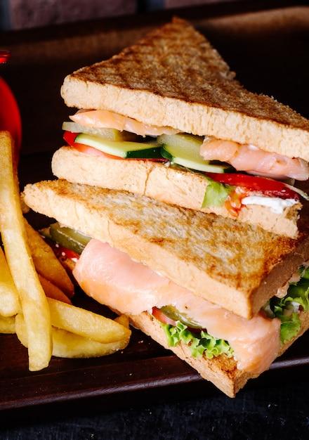 Sándwiches con tostadas, jamón y verduras. Foto gratis