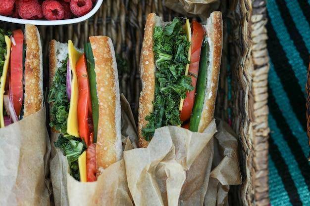 Sándwiches veganos para el almuerzo en la playa. Foto gratis