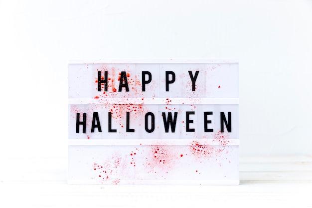 Sangre en la escritura feliz de halloween Foto gratis