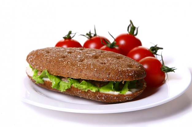 Sanswich fresco con atún y verduras Foto gratis