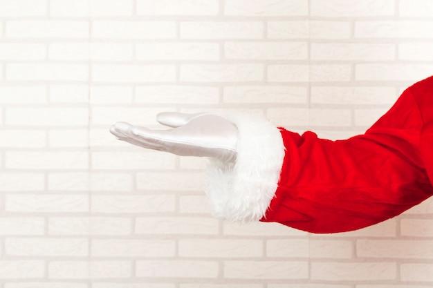 Santa claus presentando mano vacía Foto gratis